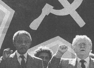 """Nelson Mandela, az apartheidelleni mozgalom """"hőse"""" valamint a Dél-afrikai Kommunista Párt elnöke, a zsidó származású Joe Slovo kommunista szalutálása"""