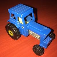 Könnybarázdát húz a kis kék traktor