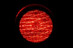 Miért nem kapcsolják villogóra éjjel a közlekedési lámpákat?