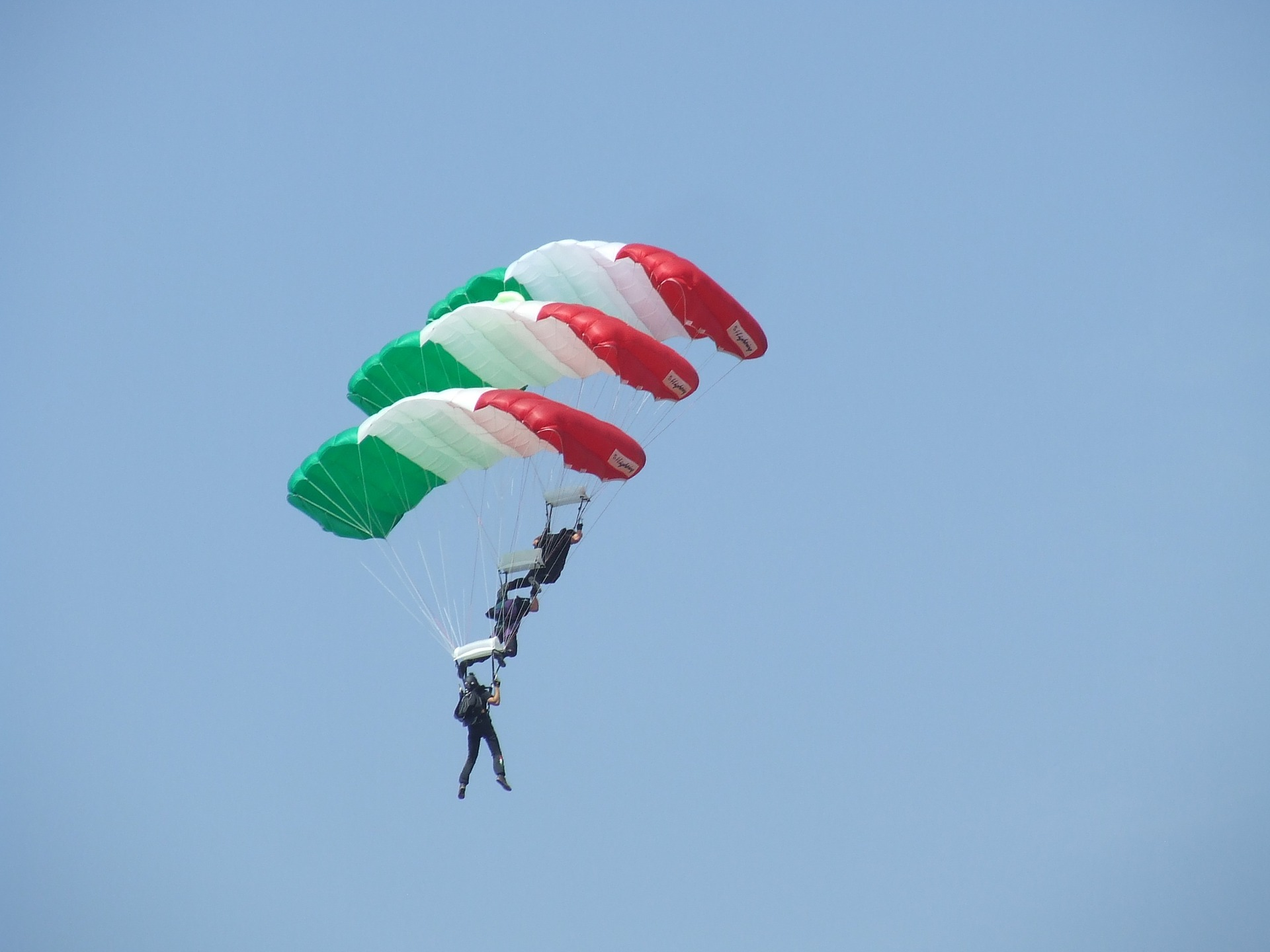 parachute-891428_1920.jpg
