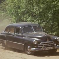 Már csak a lefüggönyözött fekete autó hiányzik
