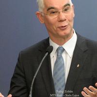 Emberkedik az emberminiszter a sajtóval