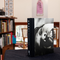 Válogatás Nobuyoshi Araki provokatív képeit bemutató fotóalbumaiból
