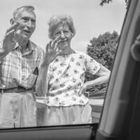 Búcsúzkodó szülők, humorosnak szánt portrék és a legbefolyásosabb fotográfusnő