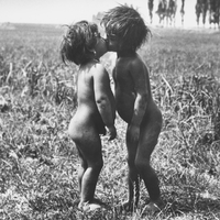 100 éve készült André Kertész Csókolózó purdék című fotója (Esztergom, 1917. június 27.)