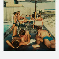 Tom Bianchi képei Amerika legelső meleg turistaparadicsomából: Fire Island Pines - Polaroids 1975-1983 (18+)