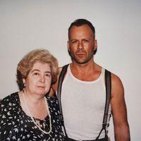 Egy belgiumi használtruhaboltban egy fotóalbumra bukkantak, melyen Hollywood legnagyobb sztárjaival pózol egy ismeretlen nő