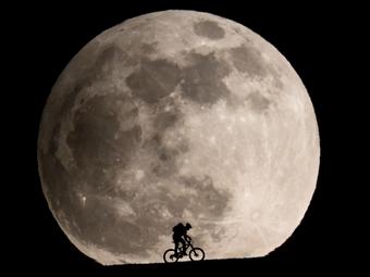 Ember a Holdon – egy svájci fotós újraalkotta az E.T. híres jelenetét
