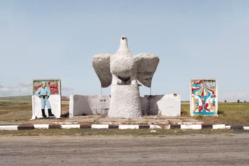 Az amerikai opioidválság, szovjet buszmegállók, kazahsztáni vonatozás és a balatoni vitorlások régi képeken