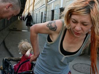 Irina Popova felkavaró fotói egy drogfüggő család mindennapjairól (18+)