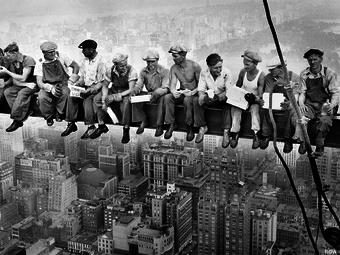Újabb képkocka került elő az ebédelő munkásokról