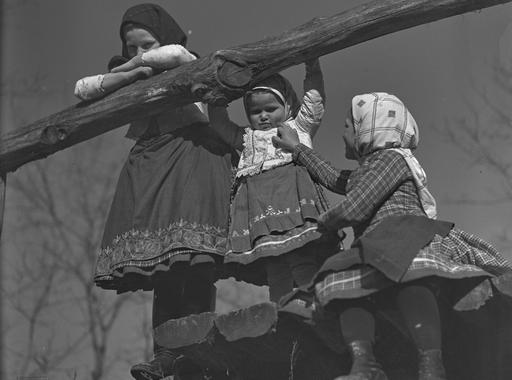 """""""Ide vasárnaponként a boldog békeévekben rajokban jártak a fényképezők"""" – a magyaros stílus fényképészeinek fotótúrái Csömörön (Bata Tímea írása)"""