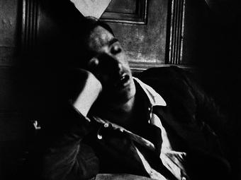 Variációk – Alvó emberek híres fotográfusok képein