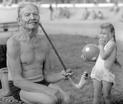 Varázslatos fotókincseket találtak egy padláson, képek a hiénaemberről és egy milliókat érő gyerekportré