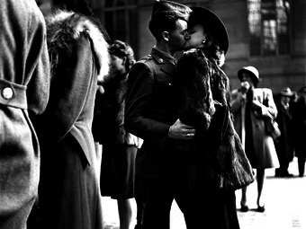 Alfred Eisenstaedt: Búcsúzkodó szerelmesek (1943)