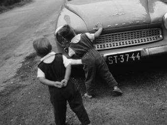 Mit kívánunk a helyes gyerekfényképezéstől? (Reismann Marian: Gyerekfényképezés (1956) részletek)