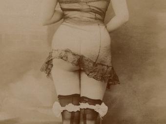 """""""Nincs az aktfotográfiákban semmi erkölcstelen, minden asszony ezt csináltat Pesten"""" (Miskolci Reggeli Hírlap, 1925. január 1.)"""