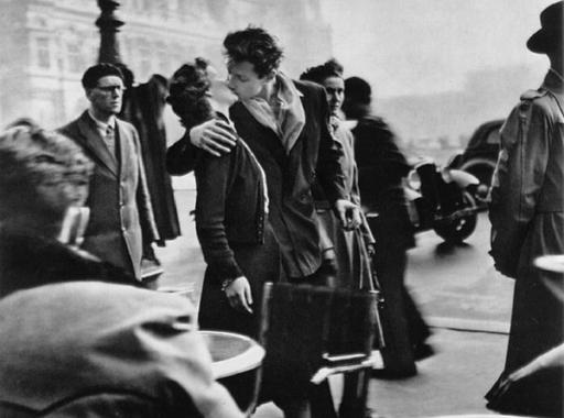 Megrendezett a világ egyik leghíresebb szerelmes fotója - Doisneau: Csók a városháza előtt (1950)