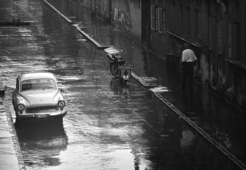 Kriss Géza, a tócsákat kerülgető ember - Esős képek a Fortepan gyűjteményéből