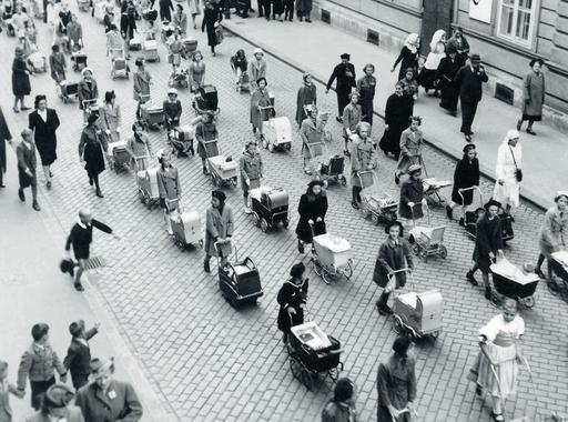 Ladislav Roller: Anyák napja Pozsonyban (1939)