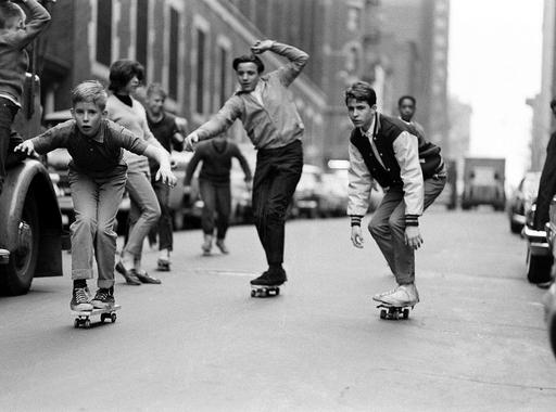Bill Eppridge: Gördeszkázó gyerekek (1965)