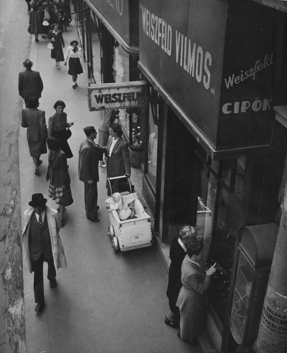 Fotó: Robert Capa: Budapesti utca 1948-ban © Robert Capa © International Center of Photography, New York. Magyar Nemzeti Múzeum gyűjteménye