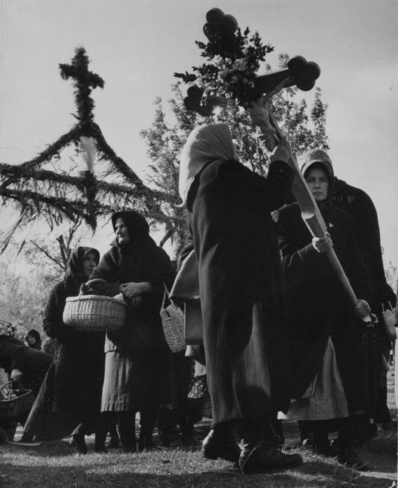 Fotó: Robert Capa: Falusi asszonyok keresztet visznek egy körmeneten, Magyarország, 1948 © Robert Capa © ICP, New York. Magyar Nemzeti Múzeum gyűjteménye