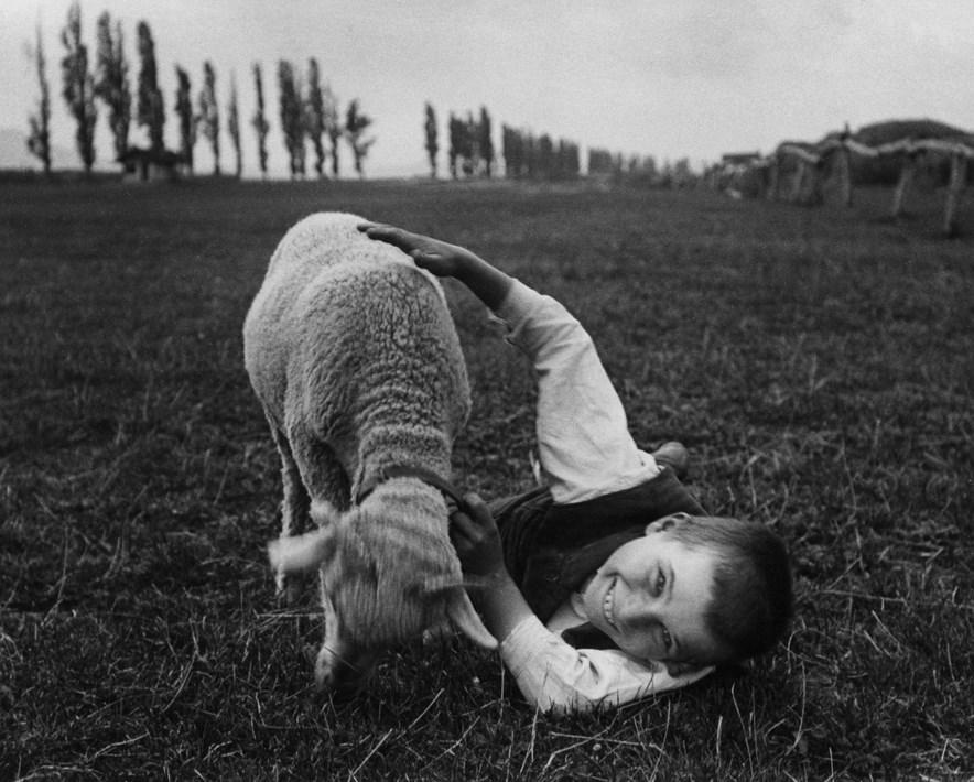 Fotó: André Kertész: Barátok, Esztergom 1917. szeptember 3./1967. 204x253 mm zselatinos ezüst © André Kertész Emlékmúzeum, Szigetbecse