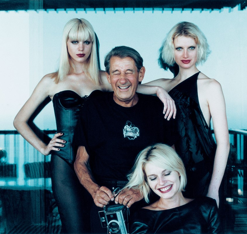 Fotó: Alice Springs: Helmut with models, Monte-Carlo, August 1997 © June Newton and the Helmut Newton Estate