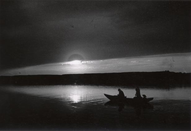 Fotó: André Kertész: Csónak alkonyatkor a Dunán, Esztergom, 1917. május 15./1967.  <br />254x202 mm zselatinos ezüst © André Kertész Emlékmúzeum, Szigetbecse