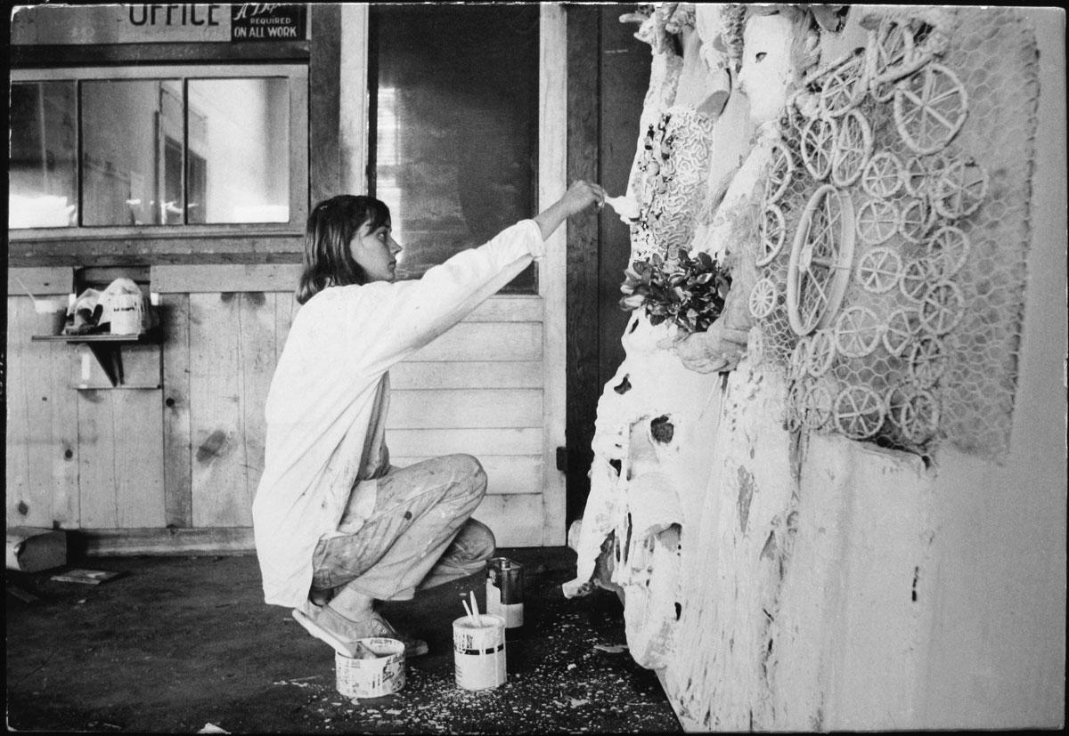 Fotó: Dennis Hopper: Niki de Saint Phalle (kneeling), 1963 © The Dennis Hopper Trust