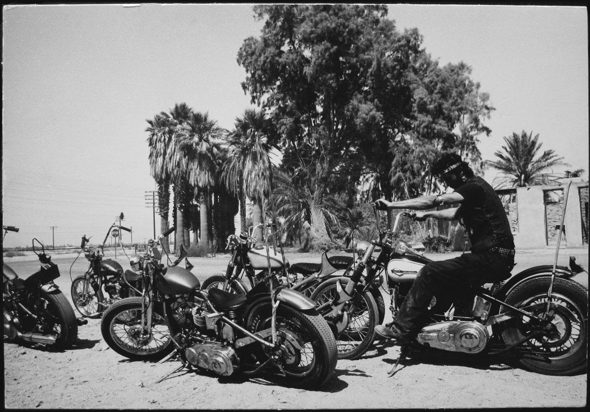 Fotó: Dennis Hopper: Guy With 5 Hogs, 1961-67 © The Dennis Hopper Trust