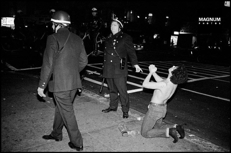 Fotó: Leonard Freed: Részlet a Police Work című sorozatból, New York City. 1979. 12. 31. © Leonard Freed/Magnum Photos