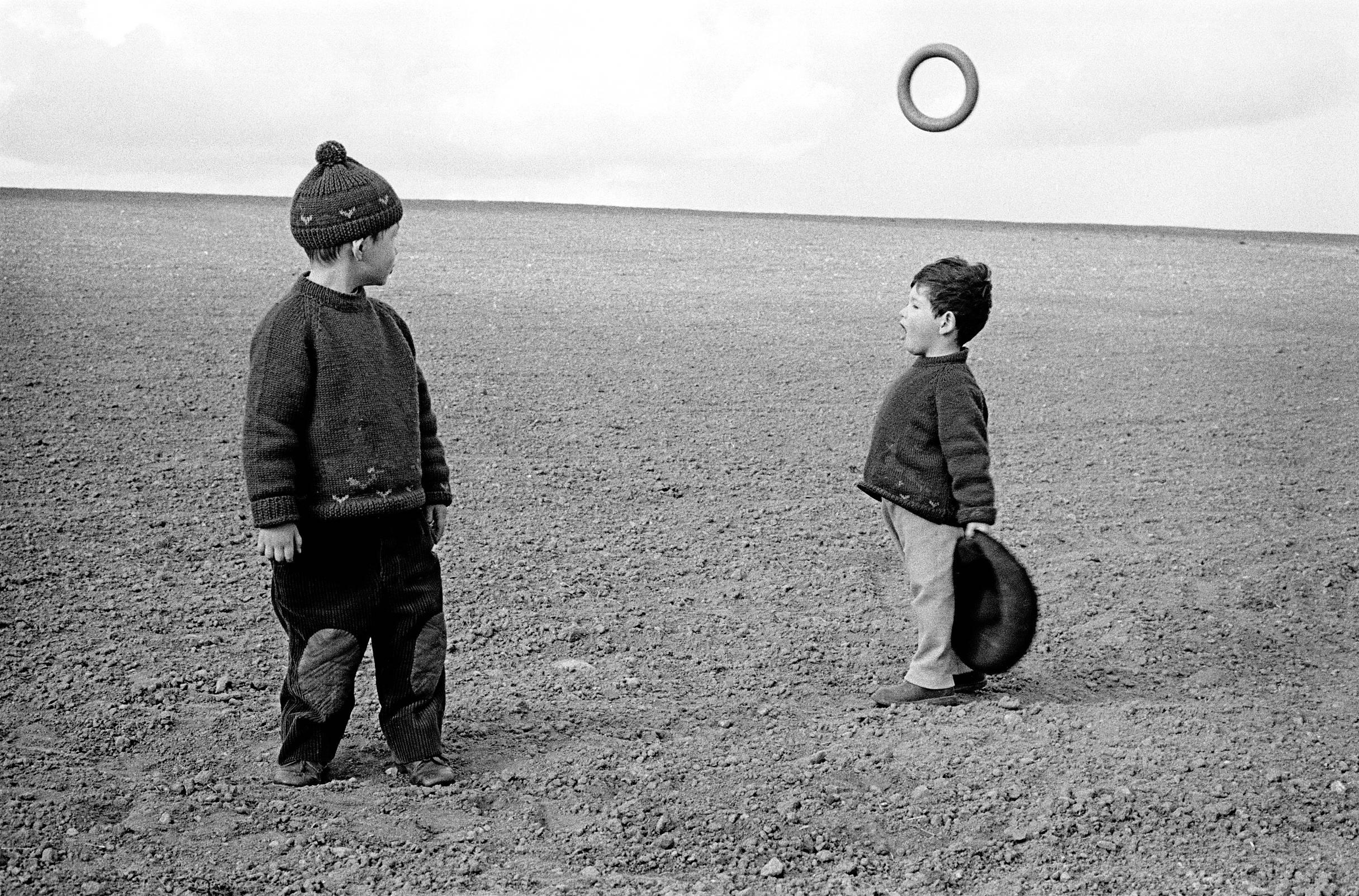 Fotó: Frank Horvat: 1959, near Paris, France, Michel and Lorenzo © Frank Horvat