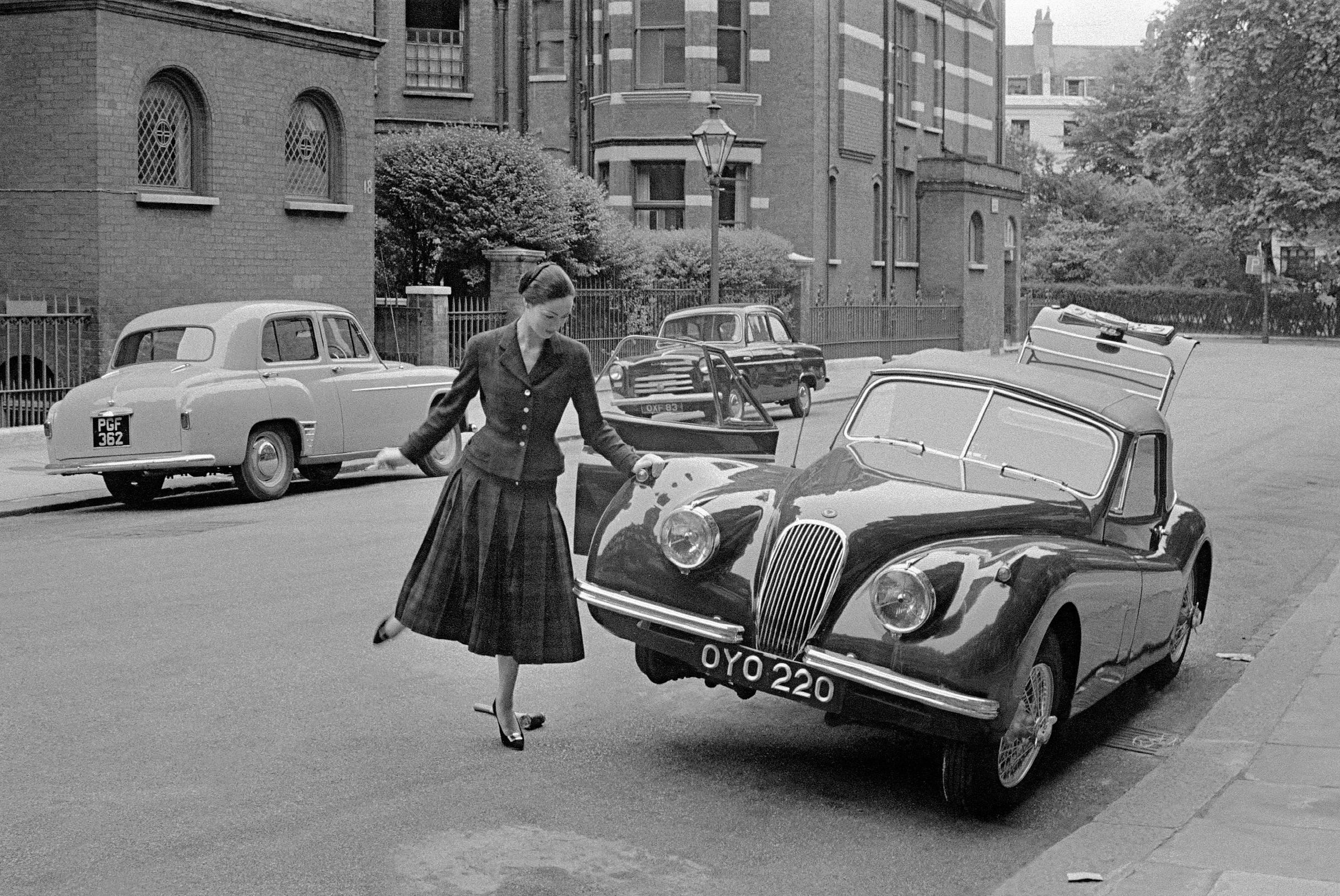 Fotó: Frank Horvat: 1955, London, UK, South Kensington, Mate and Jaguar © Frank Horvat