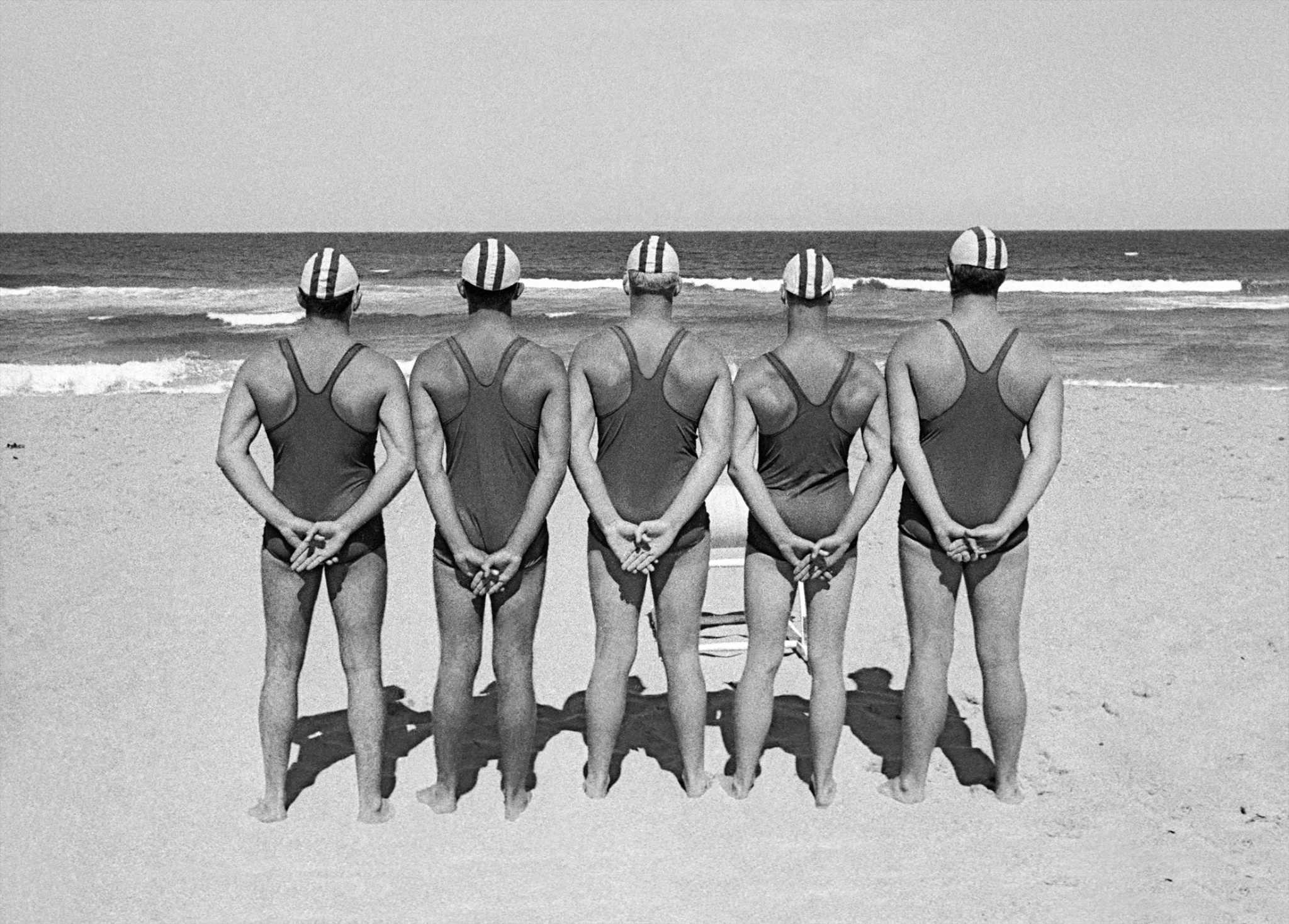 Fotó: Frank Horvat: Five Life Savers from the back (a), Sidney, Australia, 1963 © Frank Horvat