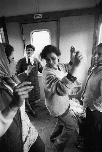 Fotó: Friedmann Endre: Részlet a Vígság a vonaton című sorozatból, 1971  © Friedmann Endre