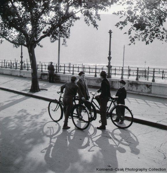 Fotó: Friedmann Endre: Együtt a galeri, 1958 © Friedmann Endre / Körmendi-Csák 20. századi Magyar Fotóművészeti Gyűjtemény