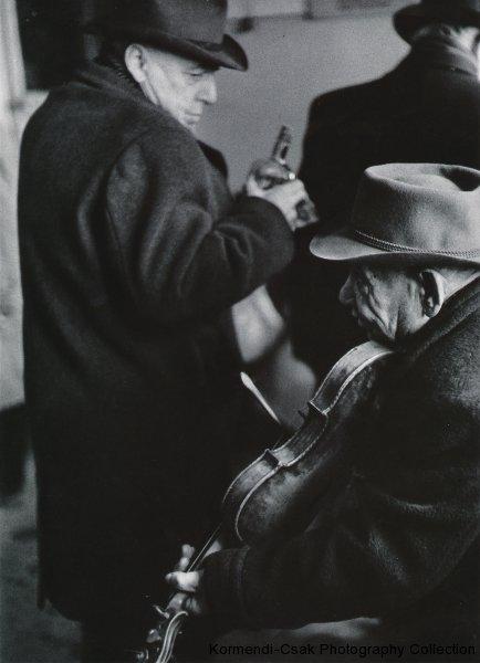 Fotó: Friedmann Endre: Alkalmi mulatság, 1957 © Friedmann Endre / Körmendi-Csák 20. századi Magyar Fotóművészeti Gyűjtemény