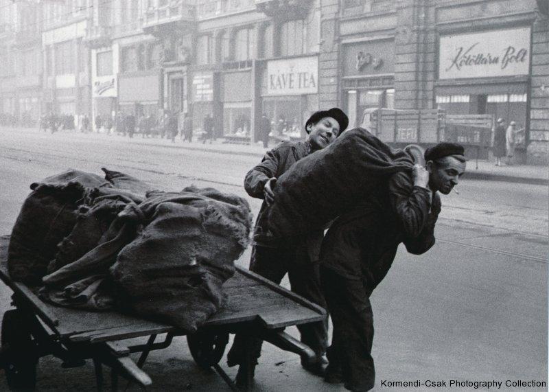 Fotó: Friedmann Endre: Tüzelőszállítás a Kossuth Lajos utcában, 1958 © Friedmann Endre / Körmendi-Csák 20. századi Magyar Fotóművészeti Gyűjtemény