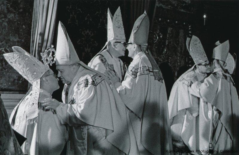 Fotó: Friedmann Endre: Részlet a Püspökavatás című sorozatból, 1969 © Friedmann Endre / Körmendi-Csák 20. századi Magyar Fotóművészeti Gyűjtemény