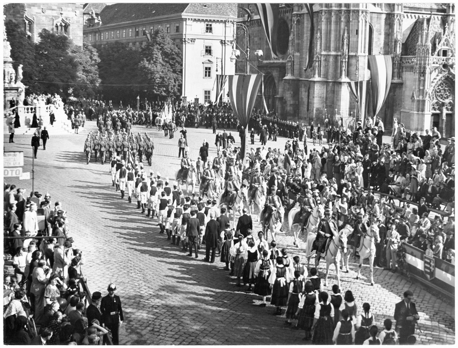 Fotó: Járai Rudolf: Szent István napi körmenet a Szentháromság téren, 1939  © Magyar Fotográfiai Múzeum
