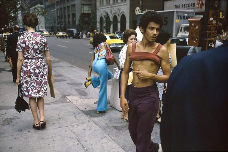 Fotó: Joel Meyerowitz: New York City, 42nd and Fifth Ave, 1974 © Joel Meyerowitz