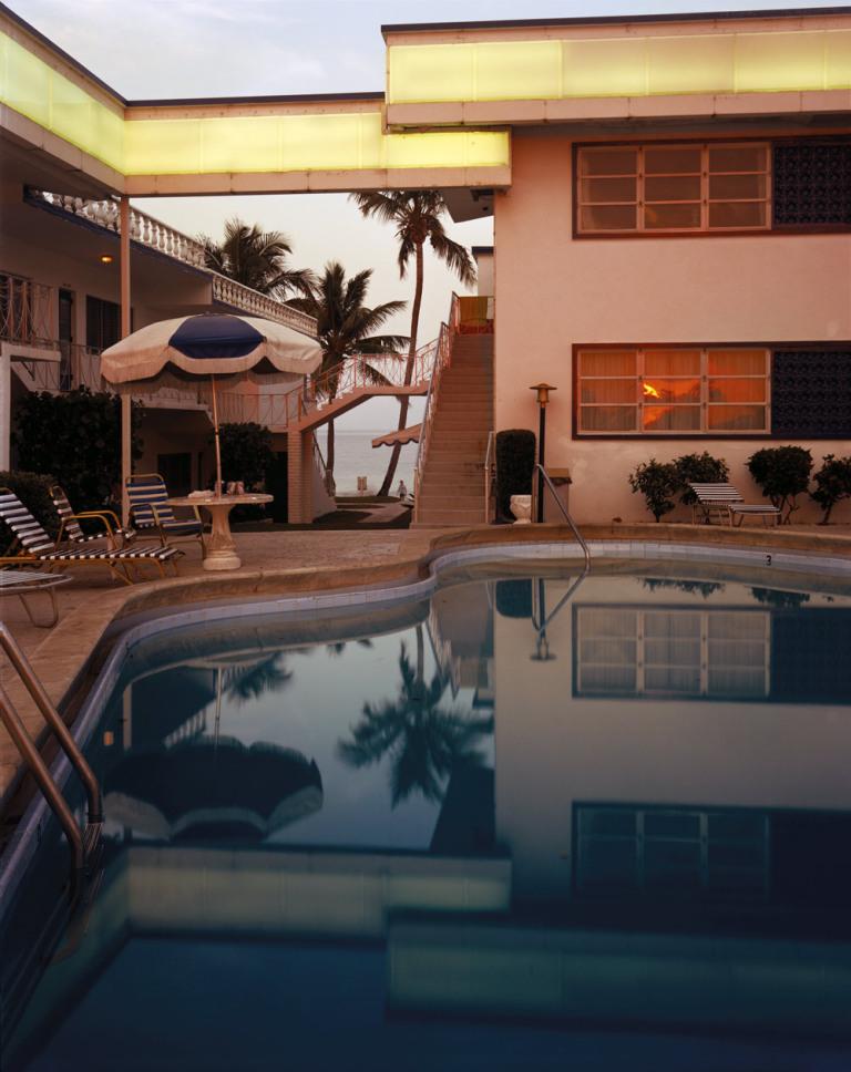 Fotó: Joel Meyerowitz: Pool, Dusk, Sun in Window, Florida, 1978 © Joel Meyerowitz