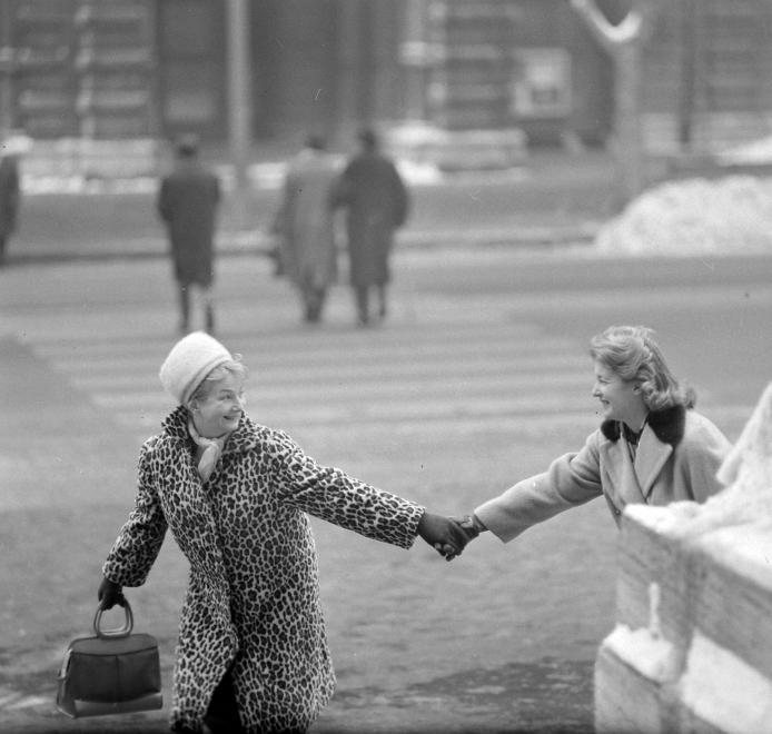 Fotó: Kotnyek Antal: Budapest, Andrássy út (Népköztársaság útja) az Operaház előtt, szemben az Állami Balett Intézet (Dreschler palota) épülete. Petress Zsuzsa és Mednyánszky Ági színművésznők, 1964 © Kotnyek Antal/Fortepan.hu