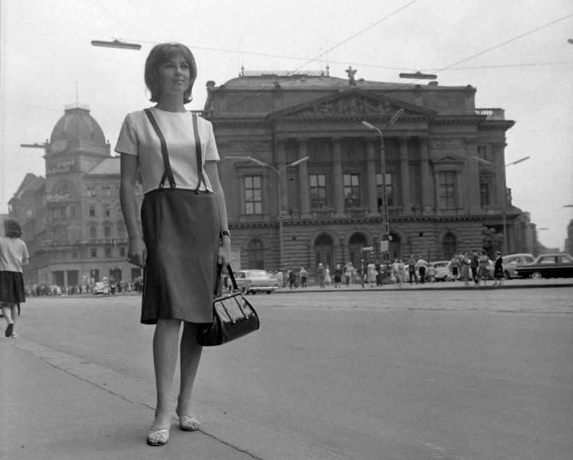 Fotó: Kotnyek Antal: Budapest, Blaha Lujza tér, a Nemzeti Színház épülete. Tímár Éva színművésznő, 1963 © Kotnyek Antal/Fortepan.hu
