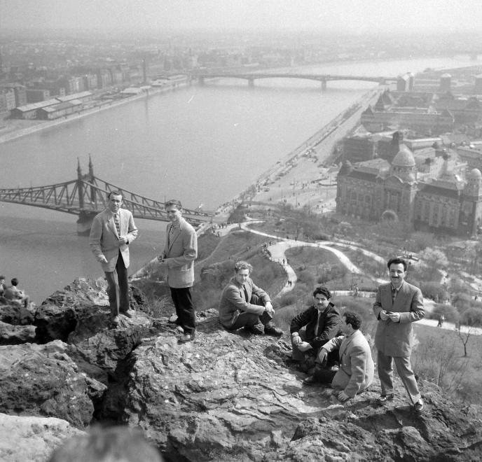 Fotó: Kotnyek Antal: Budapest, látkép a Petőfi híd felé nézve, a Mojszejev együttes tagjai, 1962 © Kotnyek Antal/Fortepan.hu