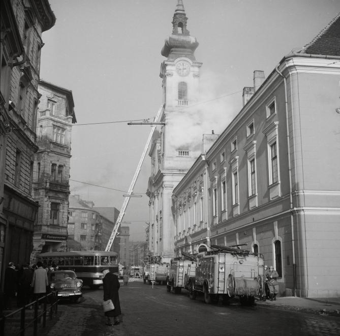 Fotó: Kotnyek Antal: Budapest, Fő utca a Batthyány térről nézve, jobbra a Szent Ferenc sebei templom és az egykori ferences kolostor, 1964 © Kotnyek Antal/Fortepan.hu