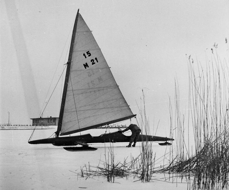 Fotó: Kotnyek Antal: Balatonfüred, a befagyott Balaton a hajóállomásnál, 1966 © Kotnyek Antal/Fortepan.hu