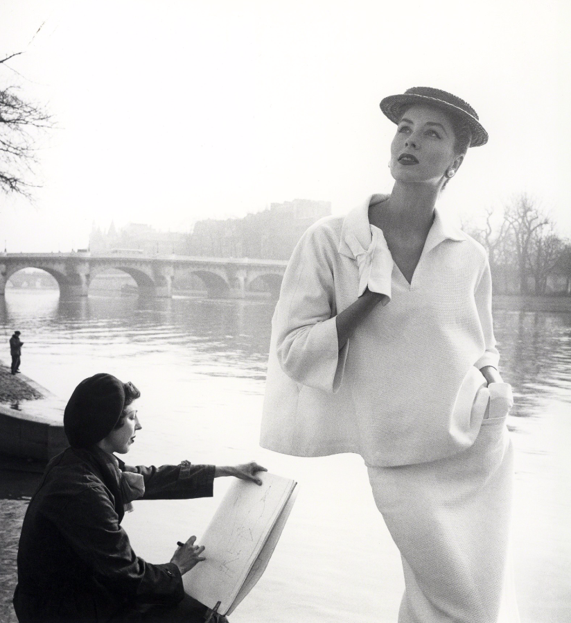 Fotó: Louise Dahl-Wolfe: Suzy Parker in Balenciaga along the Seine, Paris, 1953 © Louise Dahl-Wolfe